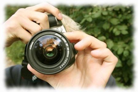 Pessoa-tirando-foto-com-máquina-digital