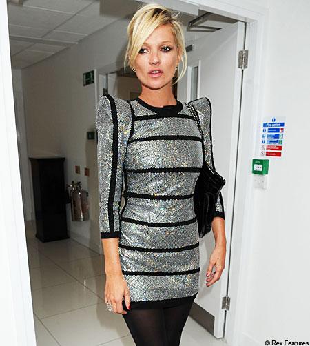vestido-prata-brilho-metalico-ombreiras-dress-kate-moss-modelo-inglaterra-famosa-moda-fashion-ruas-mundo-sucesso-visual-look-estilo-usa-veste-roupas-comportamento-atitude-mulher-foto