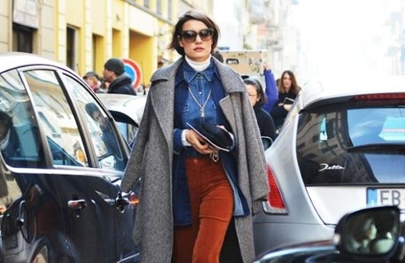 street-style-casaco-sobre-os-ombros-é-tudo-truque-truque-de-stylist-camisa-jeans