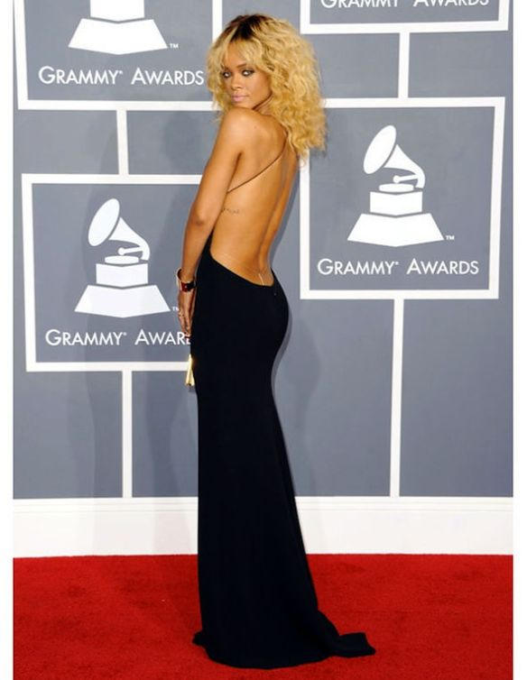 Rihanna-decote-nas-costas